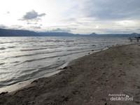 Danau Toba dari Pantai Pasir Putih Parbaba