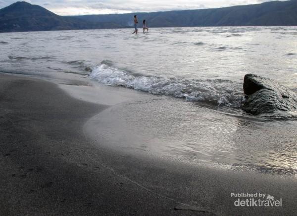 Ombak kecil di pinggiran pantai