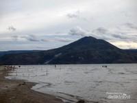Gunung Pusuk Buhit di kejauhan