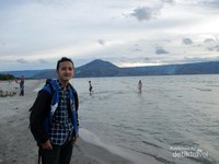 Saya berfoto di Pantai Pasir Putih Parbaba