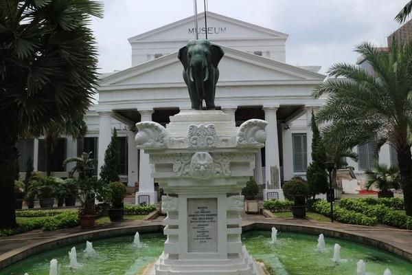 Museum ini lebih dikenal dengan museum Gajah karena patung gajah yang berdiri di depan museum