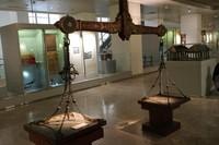 Terdapat berbagai koleksi unik seperti timbangan hasil bumi peninggalan kesultanan Banjar.