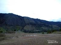 Tebing terjal di sisi belakang bukit