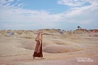Foto kekinian dengan latar gurun dan replika unta