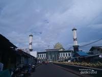 Masjid Al-Munawwaroh dilihat dari kejauhan