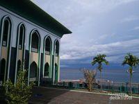 Masjid ini terletak tepat di tepi pantai