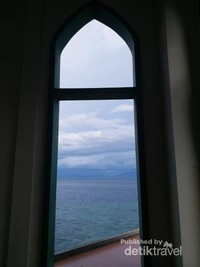 Pintu di bagian sisi yang menghadap pantai