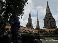 Di kawasan Wat Po sendiri berdiri banyaak candi