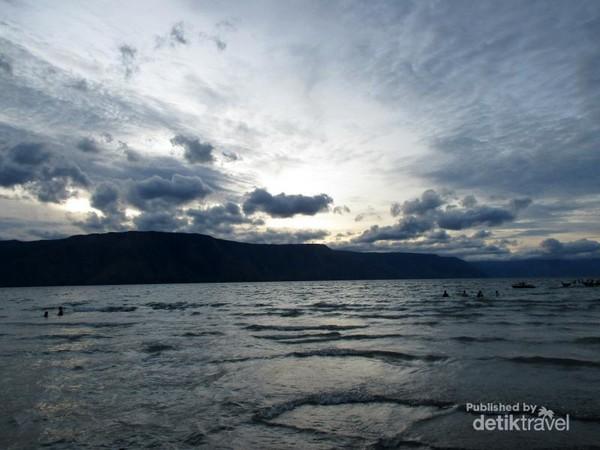 Senja di Pantai Pasir Putih Parbaba
