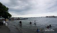 Suasana Pantai Bansring di hari libur