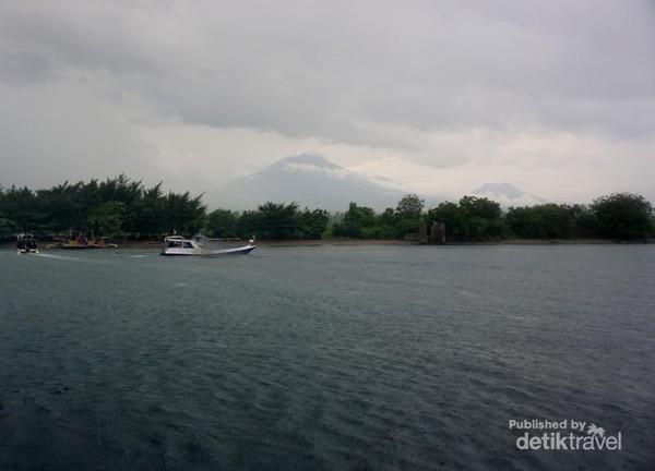 view Pulau Jawa dengan dua puncak gunung