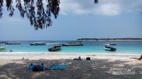Pemandangan khas Gili Trawangan dengan perahu yang bersandar di tepi pantai
