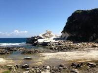 Kapurpurawan Rock Formation terletak di tepi pantai