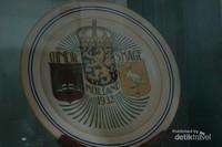 Terdapat keramik dengan motif kerajaan Belanda pada waktu dahulu