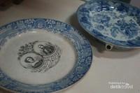 Salah satu keramik pesanan keluarga Belanda pada jaman dahulu yang menampilkan foto keluarga