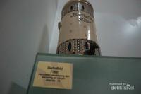 Terdapat juga wadah air minum yang terbuat dari keramik dengan bentuk yang indah