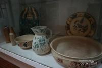 Bentuk dan coraknya cenderung lebih sederhana dibandingkan keramik Tiongkok
