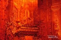 Kuil kecil berlapis emas dan batu mulia tempat menyimpan Relic suci sang Buddha