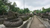 Batuan candi yang tergeletak di area pelataran candi