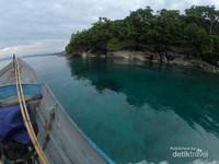 Air laut jernih menampakkan dasar yang dangkal