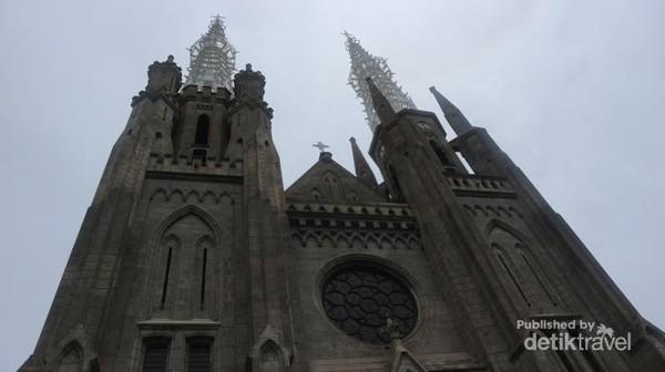 Bagian depan gereja Katedral
