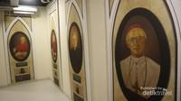 Terdapat foto para Kardinal yang pernah bertugas di Indonesia