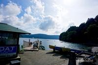 Tempat Menyewa perahu untuk berkeliling danau.