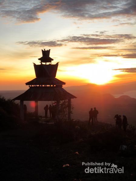 Para pendaki menanti sunrise