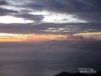 Danau Toba terlihat seperti laut beku dengan uap embun di permukaannya