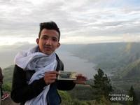 Kalau traveler ke sana jangan lupa berfoto dengan latar Danau Toba di titik ini ya!