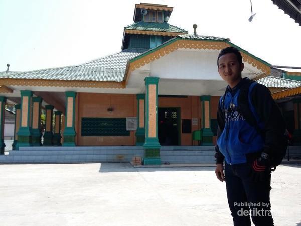 Saya berfoto di depan masjid