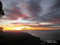 Gunung SIpiso-Piso memiliki pemandangan pagi yang indah.