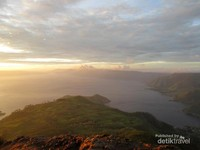 Di bawahnya terhampar pemandangan Danau Toba