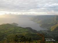 Danau Toba terlihat indah dari atas sini