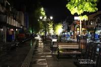Bangku-bangku taman dan lampu yang terdapat di sepanjang jalan Malioboro.