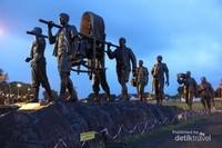 Masih di alun-alun terdapat juga patung Panglima Besar Sudirman .