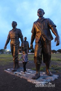 Ukuran patung yang terdapat di alun-alun memang sangat besar.