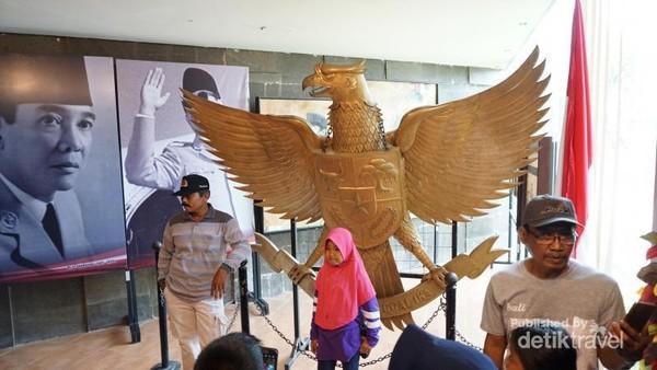 Replika Lambang Burung Garuda di dalam museum