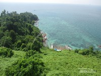 Kita juga bisa menikmati keindahan pulau dari ketinggian