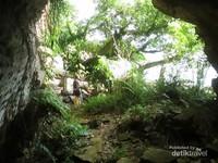 Pulau ini juga memiliki satu gua kecil yang sangat menarik.
