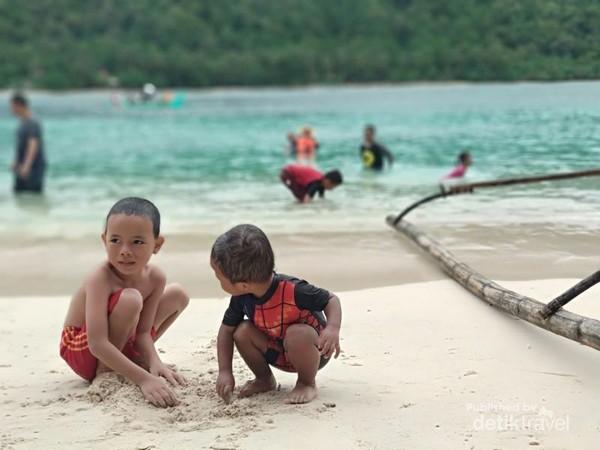 Pantai Pulau Kelapa di Teluk Kiluan.