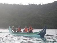 Jukung, kapal yang dipakai untuk berburu lumba-lumba di Teluk KIluan.