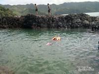 Berenang di kolam alami Laguna Gayau, Teluk Kiluan.