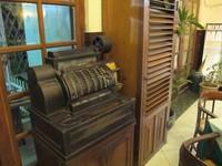 Terdapat banyak perabot dan pajangan klasik, salah satunya mesin kasir kuno ini