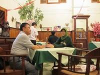 kursi dan meja kayu yang klasik masih dipertahankan di Toko Oen