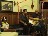 Ada live music yang memainkan musik oldies, membuat seakan kembali ke masa lalu