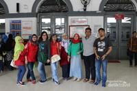 Tiba di stasiun Sukabumi dan lanjut mencari angkotan kota yang akan digunakan berkeliling.