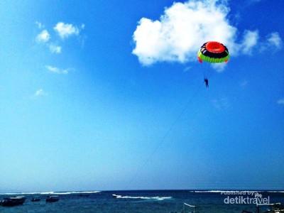 Serunya Main Paralayar di Tanjung Benoa
