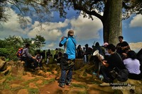 Interpreter sedang menjelaskan sejarah pembentukan landskap kawasan Gunung Padang