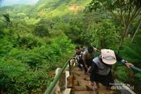 Para pengunjung menapaki tangga menuju bagian atas menuju teras berundaknya Gunung Padang